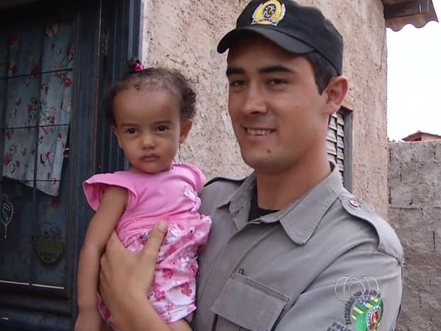 PM esteve na casa de bebê após salvamento, em Goiás (Foto: Reprodução/TV Anhanguera)
