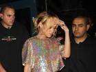 Após duas horas de atraso, fãs acusam Rihanna de usar drogas