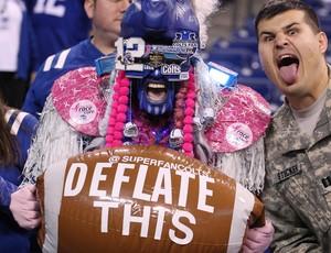 """Torcedor dos Colts leva uma bola inflável e escreve """"esvazie essa"""" (Foto: Reuters)"""