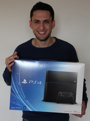 Thiago segura a caixa com o seu novo PlayStation 4, comprado momentos após o lançamento, em Toronto, no Canadá (Foto: Eduardo Pavani/Arquivo Pessoal)