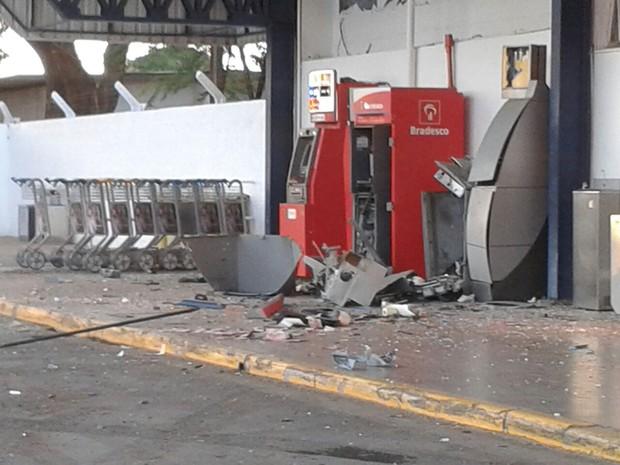 Bandidos explodiram dois caixas (Foto: Michelly Oda/G1)