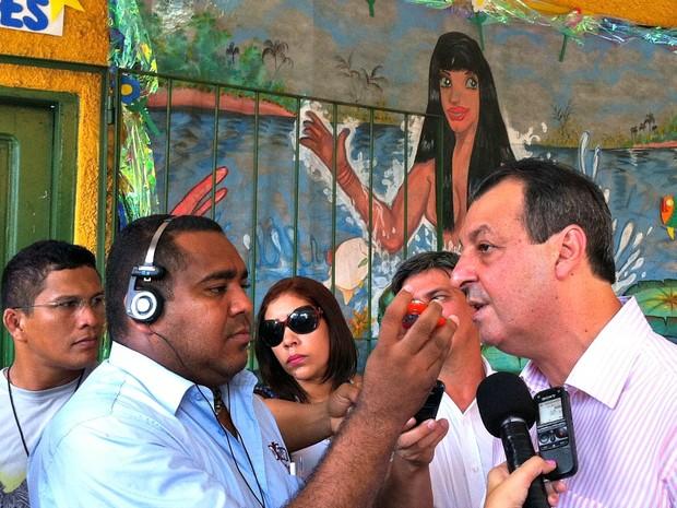 Governador do Amazonas, Omar Aziz, durante entrevista antes de votar na Escola Cônego de Azevêdo, na Zona Sul de Manaus (Foto: Camila Henriques)