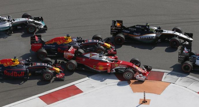 Sebastian Vettel é tocado por Daniil Kvyat no GP da Rússia (Foto: AP)