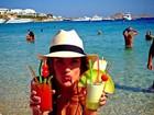 De férias, Alessandra Ambrósio posa com bebidas nas mãos: 'Sede'