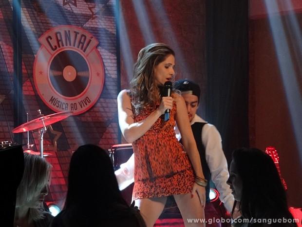 Tina desce até o chão no palco do Cantaí (Foto: Sangue Bom/TV Globo)