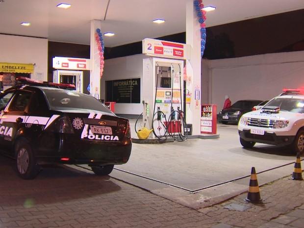 Homem é morto com tiro em posto  de combustíveis na Zona Sul de Porto Alegre (Foto: Reprodução/RBS TV)
