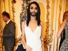 Conchita Wurst, a cantora barbuda, vai a baile de gala com vestido decotado