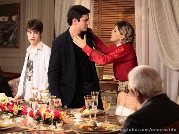 Edith tenta apelar para Félix, em vão (Foto: Pedro Curi/TV Globo)