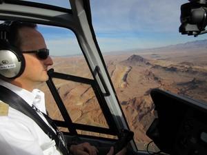 Piloto em um dos tours de helicóptero (Foto: Flávia Mantovani/G1)