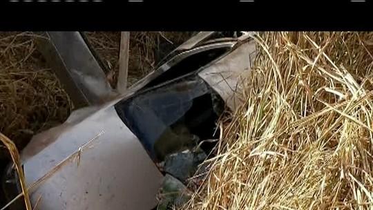 Carro cai em buraco e deixa homem ferido na BR-116, em Mathias Lobato