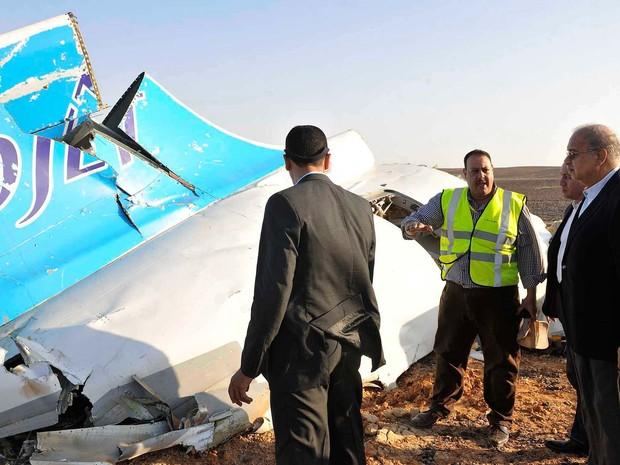 O premiê agípcio Sherif Ismail visita local da queda do avião russo neste sábado (31) em Hassana (Foto: Suliman el-Oteify, Egypt Prime Minister's Office via AP)