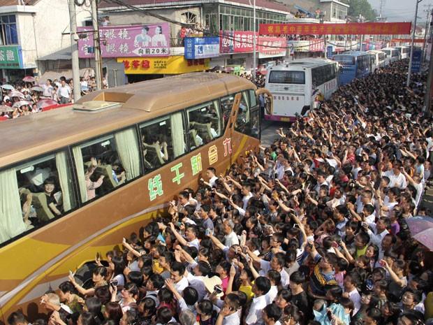 Pais, professores e amigos se despedem dos alunos da escola Maotanchang, na província de Anhui, na China, que vão fazer o gao kao (Foto: China Daily/Reuters)