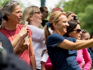 Frequentadores do Central Park fotografam Barack Obama durante o passeio do presidente com suas filhas, Sasha e Malia, no sábado (18) (Foto: AP Photo/Andrew Harnik)