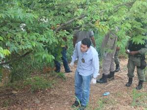 Perícia da Delegacia de Homicídios esteve no local e fez a remoção do corpo (Foto: Catarina Costa / G1)