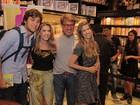 Maitê Proença mostra semelhança com a filha ao lançar livro no Rio