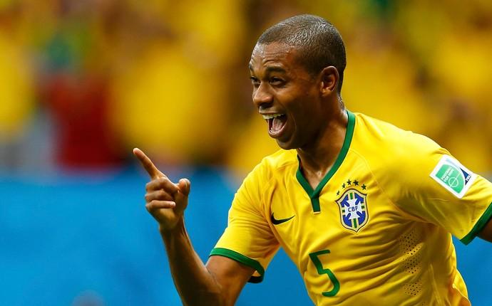 Fernandinho gol Brasil x Camarões (Foto: Reuters)