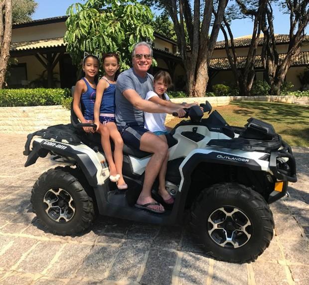 Roberto Justus com Rafinha e duas amigas (Foto: Reprodução/Instagram)