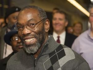 Ricky Jackson sorri ao ser entrevistado na saída da audiência que concedeu sua liberdade após 39 anos na prisão  (Foto: AP Photo/Phil Long)
