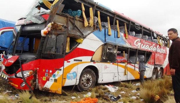 Veículo capotou depois que o motorista perdeu o controle da direção (Foto: Agencia Andina/Reuters)