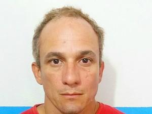 Suspeito mudou a cor do cabelo e usava nome falso (Foto: Divulgação/SSP)