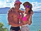 Depois de looks ousados, Salimeni curte dia de praia com namorado