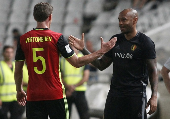 Henry cumprimenta o zagueiro Verthogen após vitória sobre o Chipre (Foto: Reuters)