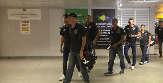 Elenco do Botafogo-PB desembarca em João Pessoa  (Foto: Reprodução / TV Cabo Branco)