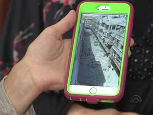 Pelo celular, Maysun guarda lembranças do bairro onde vivia e que foi destruído em Damasco (Foto: Reprodução/RBS TV)