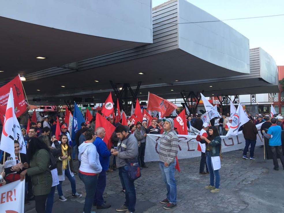 Manifestantes fecharam terminal de ônibus em Joinville (Foto: Kleber Pizzamiglio/RBS TV)