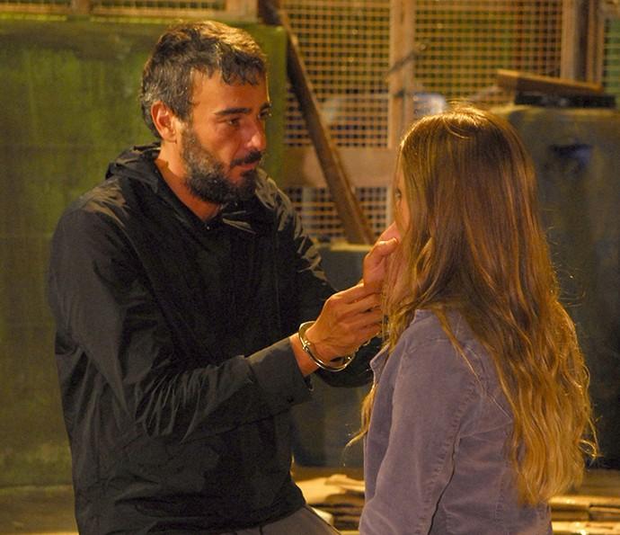 Raul reencontrou Julinha, sua filha, no cativeiro (Foto: TV Globo / Renato Rocha Miranda)