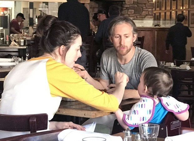 Anne Hathaway com marido e filho (Foto: AKM/GSI)