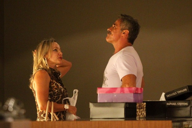 Oscar Magrini se irrita com paparazzi (Foto: Marcos Ferreira / FotoRioNews)