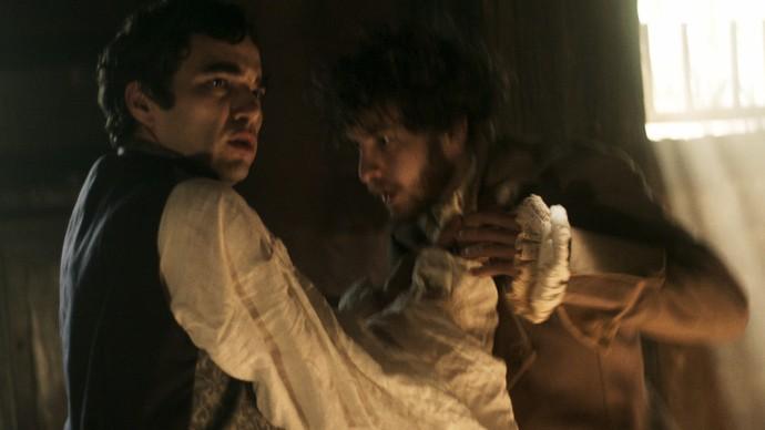 André acode o amigo e faz Tolentino para de agredi-lo (Foto: TV Globo)