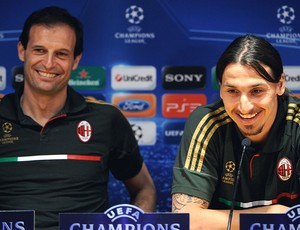 Ibrahimovic e Allegri na coletiva do Milan (Foto: AFP)