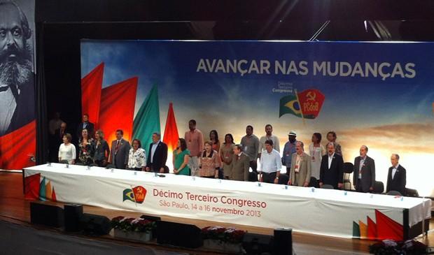 A presidente Dilma Rousseff ao lado de ministros e parlamentares do PT e PC do B (Foto: Roney Domingos/G1)