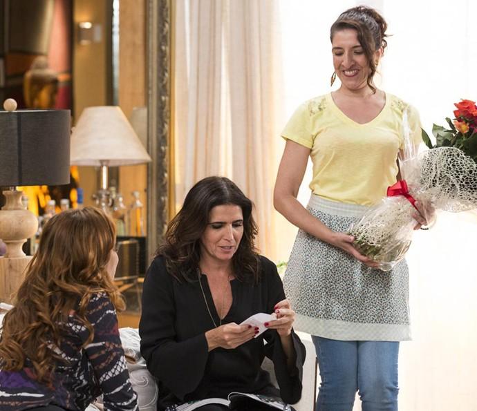 Convite chegou acompanhado de flores (Foto: Ellen Soares/Gshow)