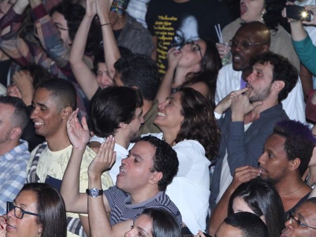 Camila Pitanga e o namorado, Igor Angelkorte, em show no Centro do Rio (Foto: Anderson Borde/ Ag. News)