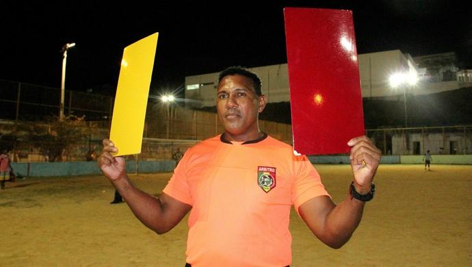 Ronaldão, o árbitro dos cartões gigantes (Foto: Marcos Dantas)