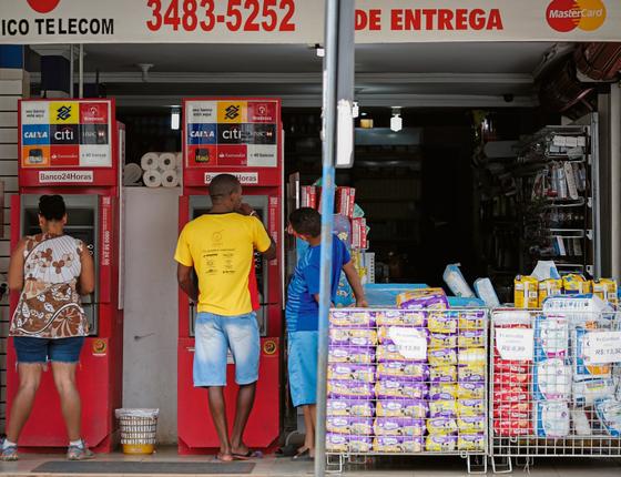 Dois caixas do Banco24horas em Sobradinho,entorno de Brasilia (Foto:  Sérgio Lima/ÉPOCA)