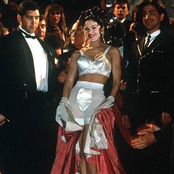 """Madonna no lançamento de 'Na Cama com Madonna' em Cannes, em 1991: """"Quando passamos pelo tapete vermelho, ela abriu a capa que estava vestindo e estava só de sutiã e calcinha por baixo"""", relembra Steve (Foto: Divulgação)"""