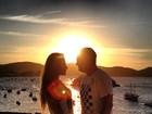 Em clima de romance, Mayra Cardi posa com o namorado em Búzios