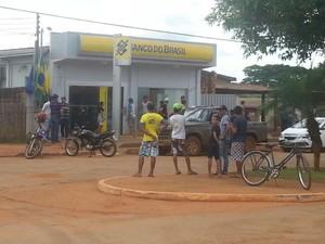 Bandidos que roubaram banco em cidade de MT libertam reféns