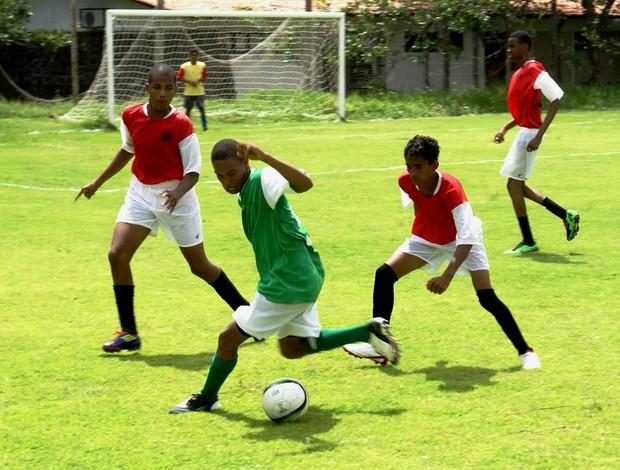 Partida de futebol entre IFMA-Maracanã (verde) e Fernando Perdigão (vermelho) pelos Jogos Escolares Maranhenses (JEMs) (Foto: Divulgação)
