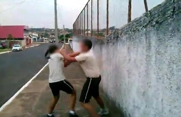 Colegas filmam briga entre alunos de escola militar em Goiás; veja vídeo