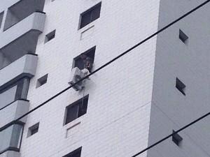Ar-condicionado ficou pendurado em prédio de São Vicente (Foto: Arquivo Pessoal/ Laís Bimbati)