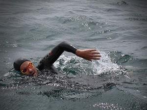 Nadador Maurício Giaxa, no Lago Titicaca (Foto: José Antonio Chunga)