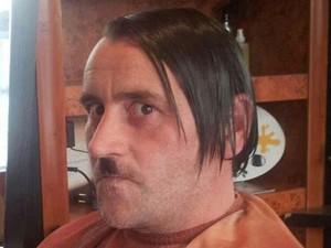 Foto de Lutz Bachman, líder do Pegida,  imitando Adolf Hitler se tornou viral (Foto: Reprodução/ Twitter/ TomGreenleaves )