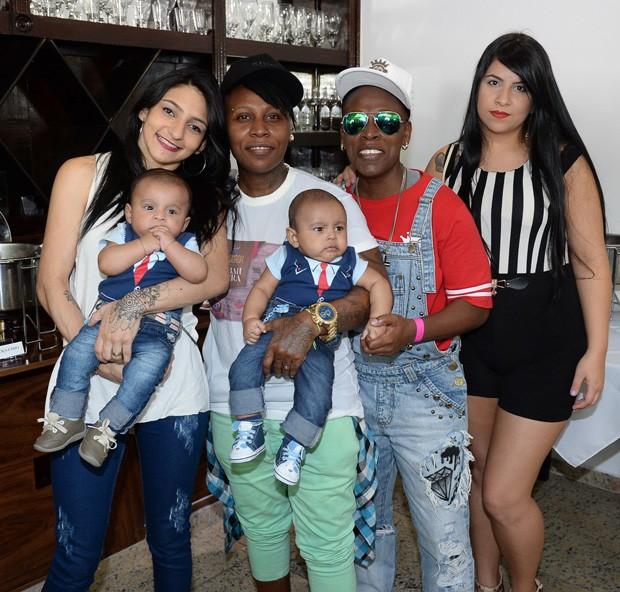 Pepê, Thalyta Santos e os gêmeos e Neném com Thais Baptista (Foto: Francisco Cepeda/AgNews)