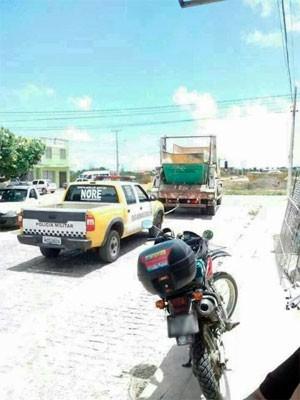 Carro da PM foi rebocado por um caminhão de lixo na cidade de Goianinha (Foto: Cedida/www.oolhodegato.com)