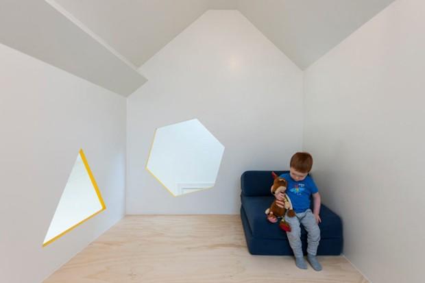 Com janelas geométricas, a parte superior do móvel é utilizada como espaço para brincadeiras (Foto: Divulgação)